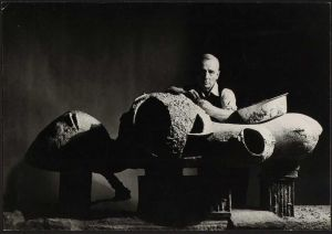 Friedrich Kiesler mit seinem Modell für ein Endless House, New York, 1959 (Foto: Irving Penn © The Irving Penn Foundation, Condé Nast Publications)